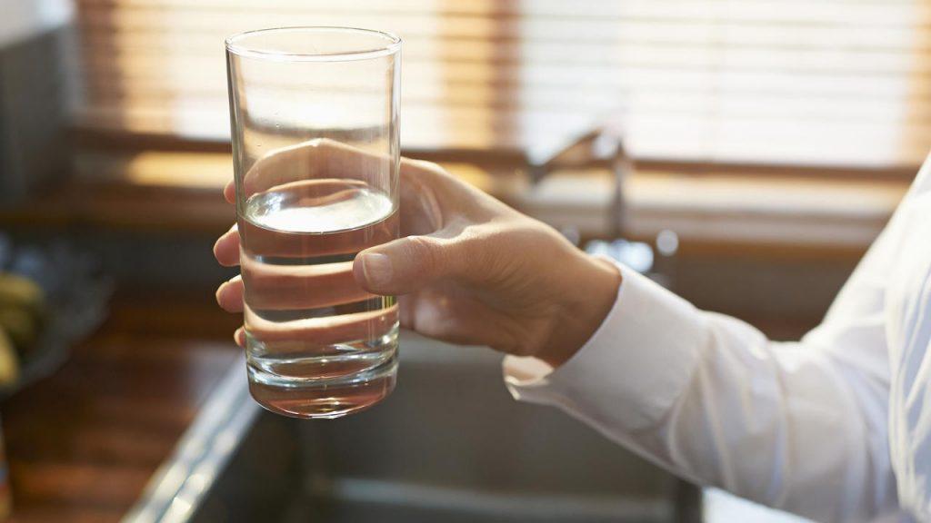 Trong quá trình uống bia nên uống chậm và uống thêm nước