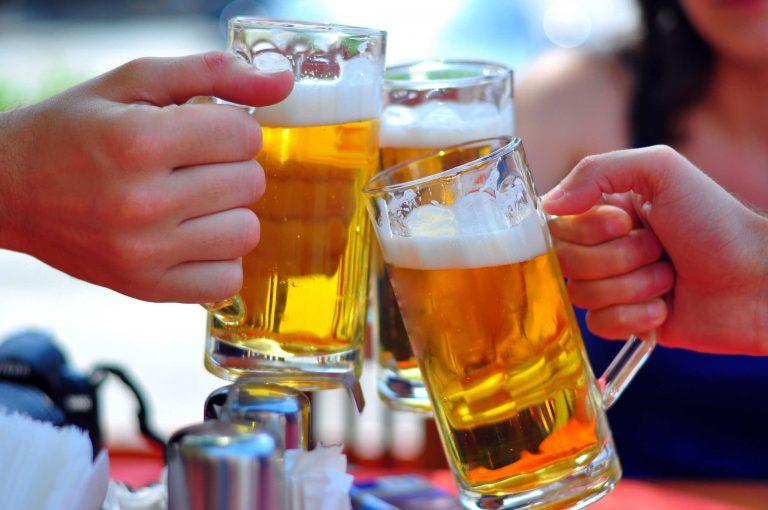 Uống nhiều bia rượu sẽ ảnh hưởng đến hooc-môn sinh sản và gây rối loạn kinh nguyệt
