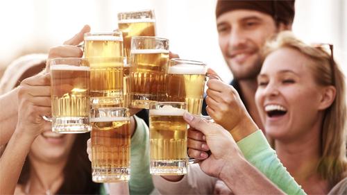 Đang có kinh nguyệt uống bia rượu được không?