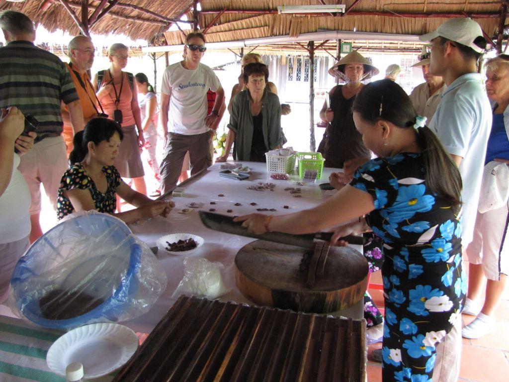 Du khách có thể tham quan xưởng làm kẹo dừa Bến Tre