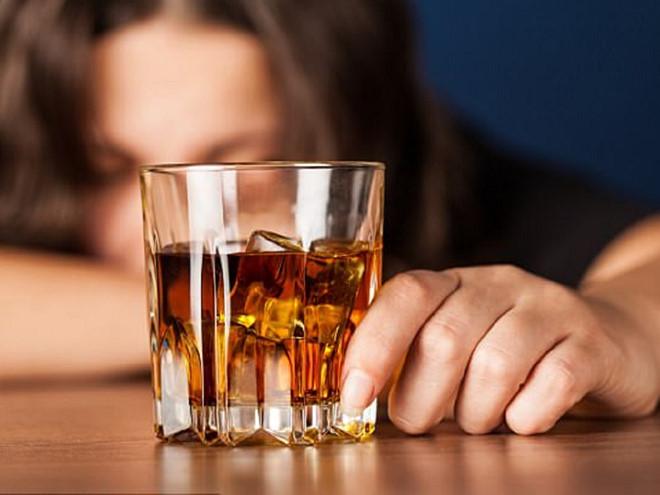 Kết quả hình ảnh cho người phụ nữ không nên uống rượu bia